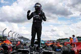 رغم حدوث ثقب في أحد إطارات سيارته.. هاميلتون يفوز بسباق فورمولا-1 البريطاني