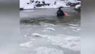 شرطي روسي يخرج رجلا من تحت الجليد
