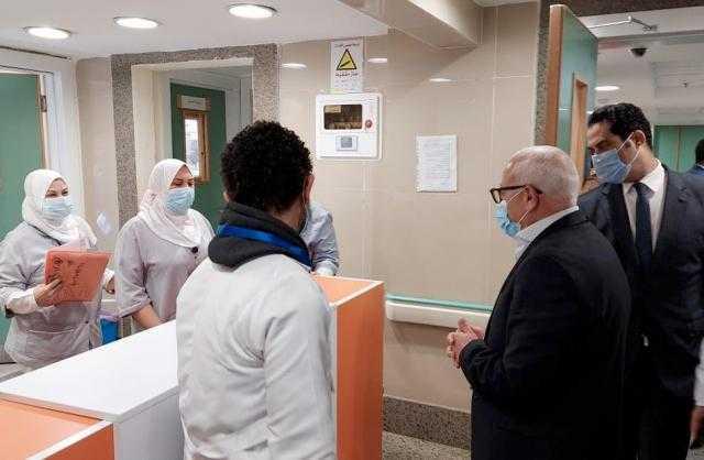 محافظ بورسعيد يتابع سير العمل بمستشفى السلام ويشيد بجهود الجيش الأبيض